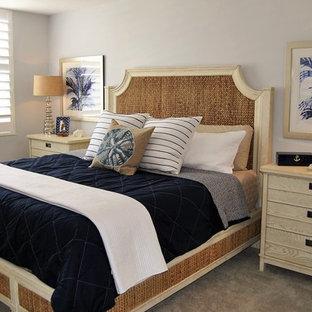 Modelo de dormitorio principal, marinero, grande, sin chimenea, con paredes azules y moqueta