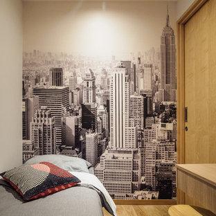 Imagen de dormitorio actual, pequeño, con paredes blancas, suelo vinílico y suelo beige