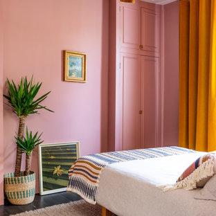 Exemple d'une chambre d'amis éclectique de taille moyenne avec un mur rose, un sol en bois foncé, aucune cheminée et un sol marron.