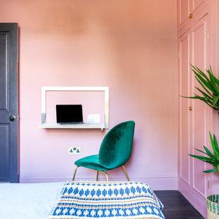 Пример оригинального дизайна: гостевая спальня среднего размера в стиле фьюжн с розовыми стенами, темным паркетным полом и коричневым полом без камина