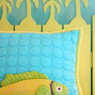 Modelo de habitación de invitados marinera, de tamaño medio, sin chimenea, con paredes azules y moqueta