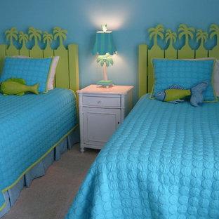 Inspiration för mellanstora klassiska gästrum, med blå väggar och heltäckningsmatta