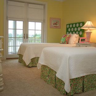 Diseño de habitación de invitados costera, de tamaño medio, sin chimenea, con paredes amarillas y moqueta