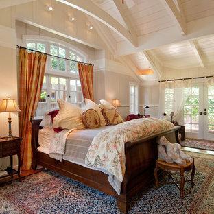 Ispirazione per una camera degli ospiti chic di medie dimensioni con pareti beige, pavimento in legno massello medio, camino ad angolo e cornice del camino in pietra