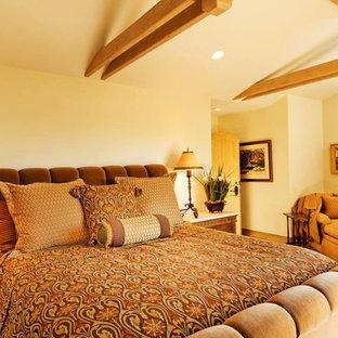На фото: с высоким бюджетом хозяйские спальни среднего размера в классическом стиле с бежевыми стенами, ковровым покрытием и желтым полом без камина