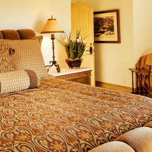 Ejemplo de dormitorio principal, tradicional, de tamaño medio, sin chimenea, con paredes beige, moqueta y suelo amarillo