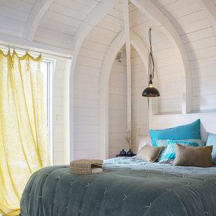 Cette image montre une chambre marine avec un mur blanc.