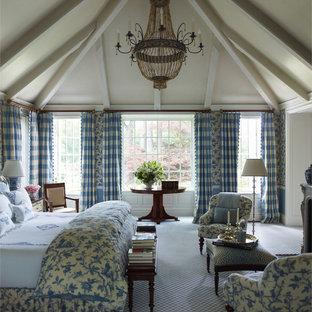 Новые идеи обустройства дома: большая спальня в классическом стиле с синими стенами и ковровым покрытием для хозяев