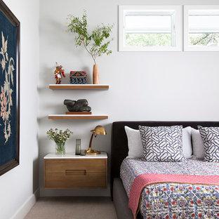 Exemple d'une chambre avec moquette tendance avec un mur blanc, un sol gris, un plafond en lambris de bois et un plafond voûté.