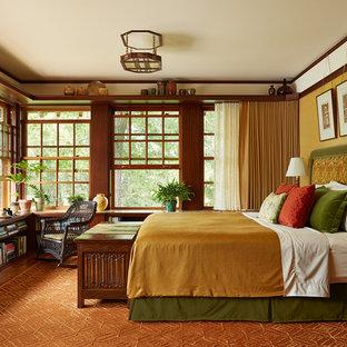 Diseño de dormitorio principal, de estilo americano, sin chimenea, con paredes amarillas, suelo de madera en tonos medios y suelo marrón