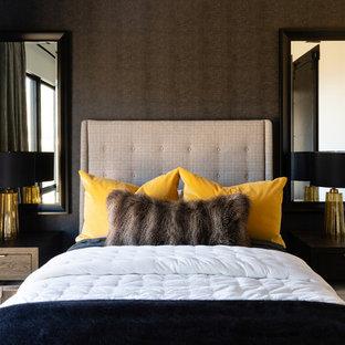 Imagen de dormitorio rústico, sin chimenea, con paredes negras y moqueta