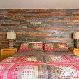 Modelo de dormitorio principal, rural, pequeño, con paredes beige y suelo vinílico