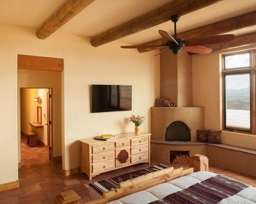Camera da letto con camino ad angolo e pavimento con piastrelle in ...