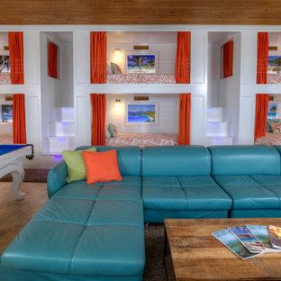Свежая идея для дизайна: огромная спальня на антресоли в морском стиле с зелеными стенами, полом из травертина и бежевым полом - отличное фото интерьера