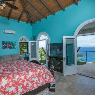 Imagen de dormitorio principal, costero, extra grande, sin chimenea, con paredes azules, suelo de travertino y suelo beige