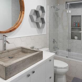 Diseño de dormitorio principal, contemporáneo, grande, sin chimenea, con paredes blancas, suelo vinílico y suelo beige