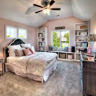 Bild på ett vintage sovrum, med rosa väggar, heltäckningsmatta och grått golv