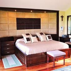Traditional Bedroom by Arturo Medellin