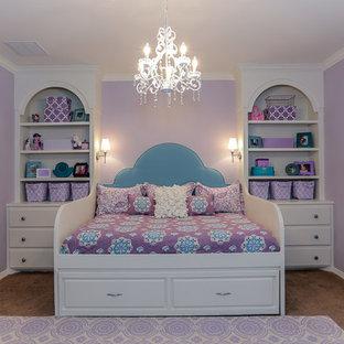 Imagen de habitación de invitados tradicional renovada, de tamaño medio, con paredes púrpuras y moqueta