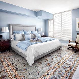 Пример оригинального дизайна: хозяйская спальня среднего размера в стиле современная классика с синими стенами, ковровым покрытием и разноцветным полом