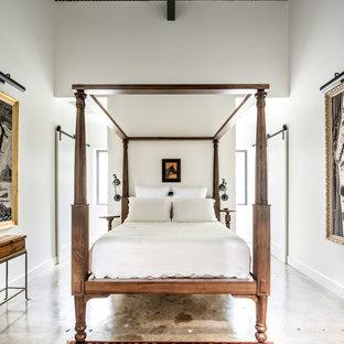 Ejemplo de dormitorio tipo loft, industrial, pequeño, con paredes blancas y suelo de cemento