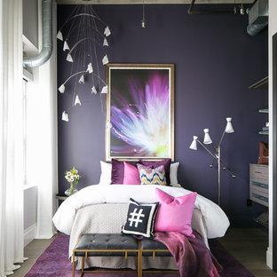 Ispirazione per una piccola camera degli ospiti industriale con pareti viola, pavimento in legno massello medio, nessun camino e pavimento grigio
