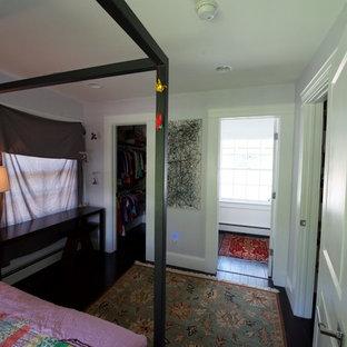 Пример оригинального дизайна: маленькая гостевая спальня в стиле современная классика с фиолетовыми стенами и полом из бамбука