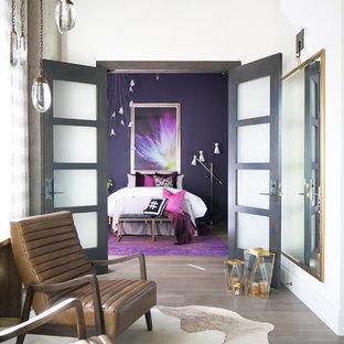 Свежая идея для дизайна: спальня среднего размера в стиле лофт с паркетным полом среднего тона, серым полом и фиолетовыми стенами - отличное фото интерьера