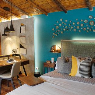 Foto de dormitorio actual con paredes azules y suelo de madera en tonos medios