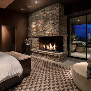 Diseño de dormitorio principal, contemporáneo, con paredes marrones, marco de chimenea de piedra y chimenea de esquina