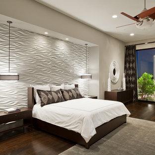Ejemplo de dormitorio principal, actual, extra grande, con paredes grises y suelo de madera oscura