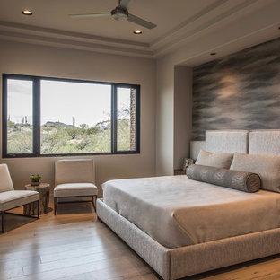 Idee per una grande camera matrimoniale contemporanea con pareti beige, pavimento in legno massello medio, camino lineare Ribbon e cornice del camino in cemento