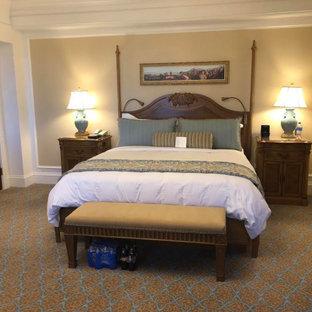 Diseño de habitación de invitados clásica, de tamaño medio, con paredes beige, suelo de ladrillo y suelo multicolor