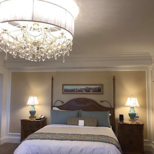 Modelo de habitación de invitados tradicional, de tamaño medio, con paredes beige, suelo de ladrillo y suelo multicolor