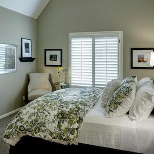 Diseño de habitación de invitados clásica, pequeña, sin chimenea, con paredes verdes y moqueta