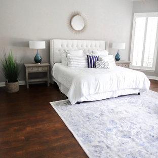 ダラスの中サイズのトランジショナルスタイルのおしゃれな主寝室 (グレーの壁、無垢フローリング、茶色い床) のレイアウト