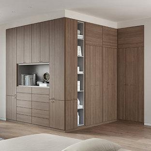 Idee per un'ampia camera degli ospiti moderna con pareti beige e parquet chiaro