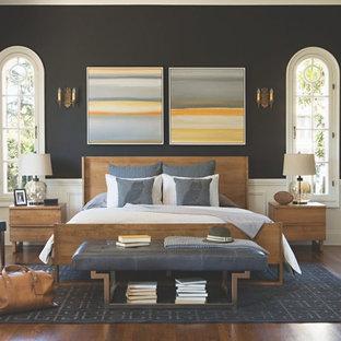 Diseño de habitación de invitados contemporánea, de tamaño medio, sin chimenea, con paredes negras y suelo de madera en tonos medios