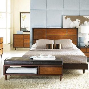 Ejemplo de dormitorio principal, contemporáneo, grande, sin chimenea, con paredes azules y suelo de travertino