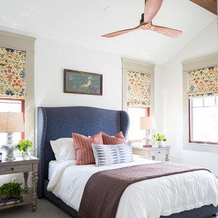 Foto di una camera da letto bohémian con pareti bianche, moquette e pavimento grigio