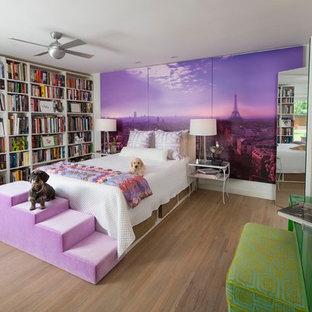 ダラスの中くらいのコンテンポラリースタイルのおしゃれな主寝室 (暖炉なし、紫の壁、無垢フローリング、茶色い床) のインテリア