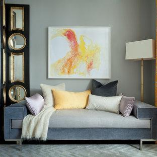 Foto de habitación de invitados actual, pequeña, con paredes grises y suelo de madera oscura