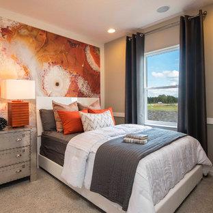 オーランドのトランジショナルスタイルのおしゃれな客用寝室 (グレーの壁、カーペット敷き、暖炉なし、グレーの床) のレイアウト