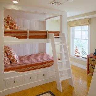 Diseño de dormitorio tradicional con paredes beige y suelo de madera en tonos medios