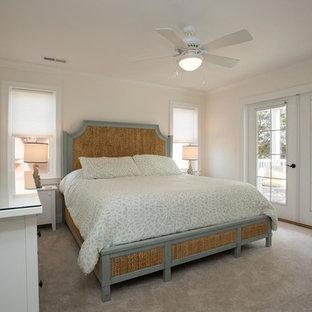 Foto de dormitorio principal, marinero, grande, sin chimenea, con paredes amarillas, moqueta y suelo marrón