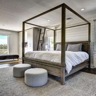 ニューヨークの巨大なトランジショナルスタイルのおしゃれな主寝室 (グレーの壁、無垢フローリング、茶色い床、塗装板張りの壁) のレイアウト