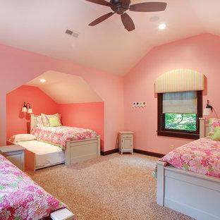 Imagen de dormitorio tipo loft, rústico, grande, con paredes rosas y moqueta