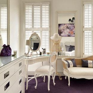 ロンドンのヴィクトリアン調のおしゃれな主寝室 (白い壁、カーペット敷き、紫の床) のインテリア