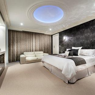 Inredning av ett medelhavsstil sovrum, med svarta väggar och heltäckningsmatta