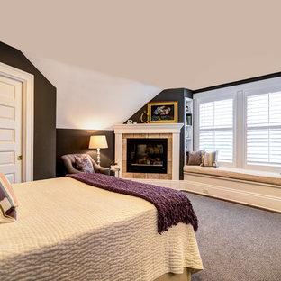 Modelo de dormitorio principal, de estilo americano, pequeño, con paredes grises, suelo de madera oscura, chimenea de esquina y marco de chimenea de baldosas y/o azulejos